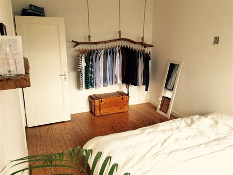 schlafzimmer ideen alternativ schlafzimmer mit origineller kleiderstange aus holz