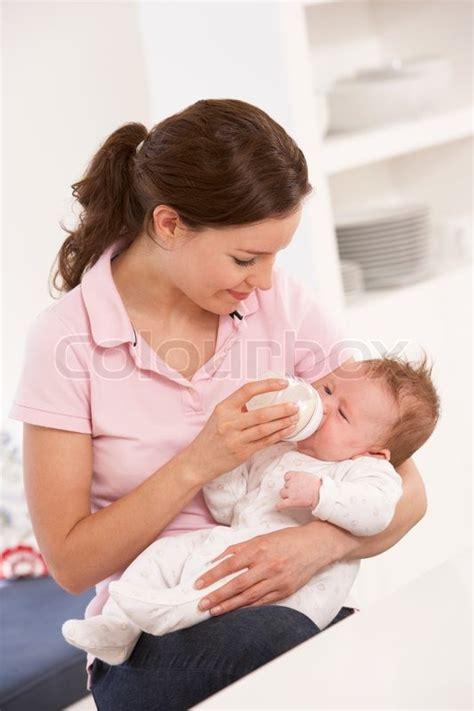 baby zu hause mutter die flasche baby zu hause stockfoto colourbox