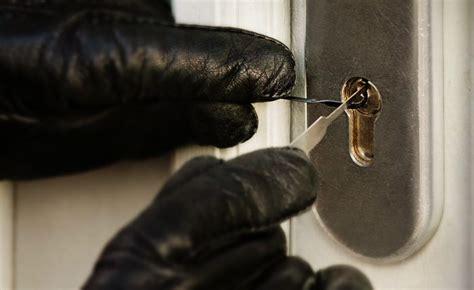 come aprire una porta chiusa senza chiave come difendersi dai ladri entrano in casa prevenire