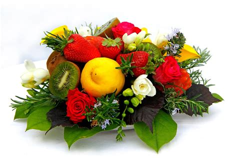 composizioni di frutta e fiori un centrotavola di fiori e frutta cose di casa