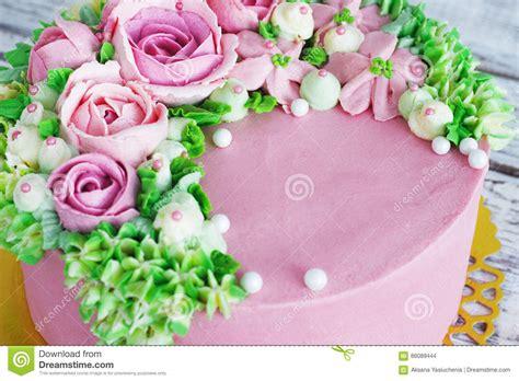torta di compleanno con fiori la torta di compleanno con i fiori 232 aumentato su fondo