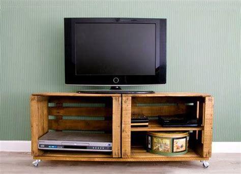 mueble con caja de frutas cajas de fruta recuperadas para organizar tus cosas