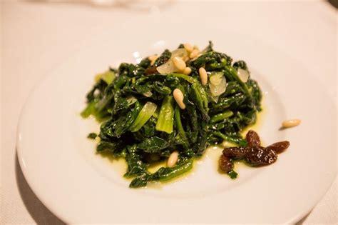 cucinare gli spinaci in padella spinaci in padella con uvetta e pinoli bellacarne