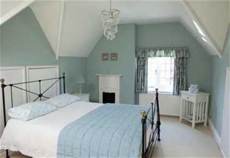 Formidable Deco Chambre Zen Adulte #5: peinture-chambre-bleu-pastel-et-blanc-pour-deco-apaisante.jpg