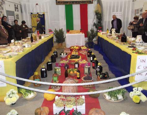 foto tavola imbandita una grande tavola imbandita per chi e in difficolta
