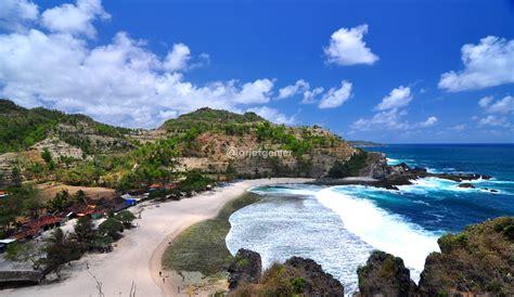 pesona pantai siung jogja keindahan alam  tebing batu