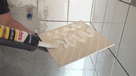 fliesen randstreifen kaputte fliese austauschen mit einsatz montagekleber