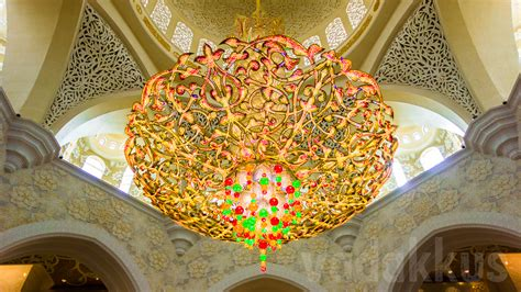 A Chandelier At The Sheikh Zayed Grand Mosque Abu Dhabi Sheikh Zayed Mosque Chandelier
