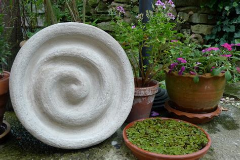 betonkunst im garten betonrelief karin naturalstyle
