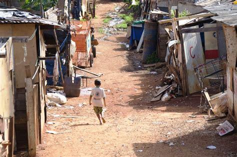 imagenes niños pobres file favela dos trilhos 2009 goi 226 nia jpg wikimedia