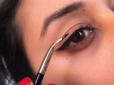 Eyeliner Tutorial With Angled Brush | review laura mercier angled eye liner brush the beauty