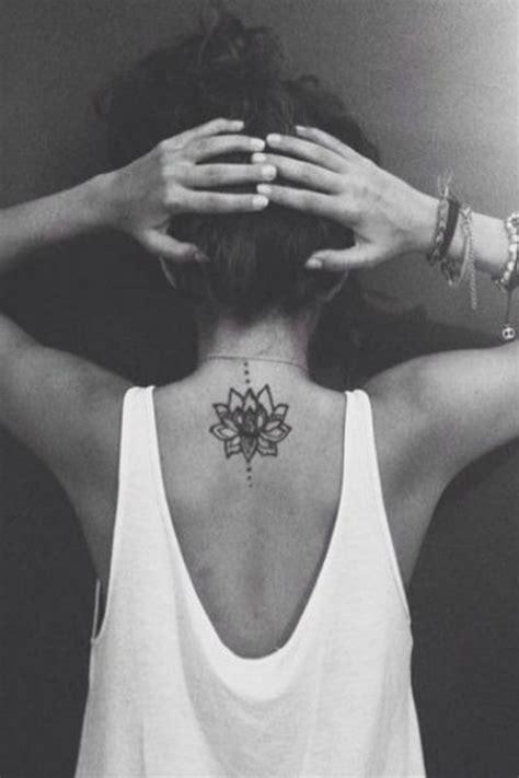 tatouage fleur tatouage entre les omoplates