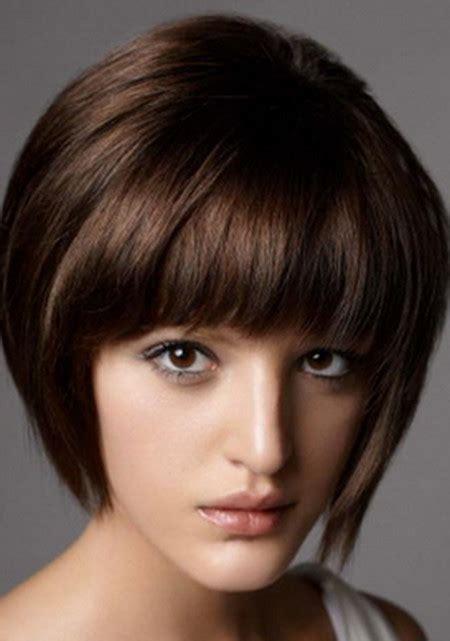 model rambut pendek  wajah oval