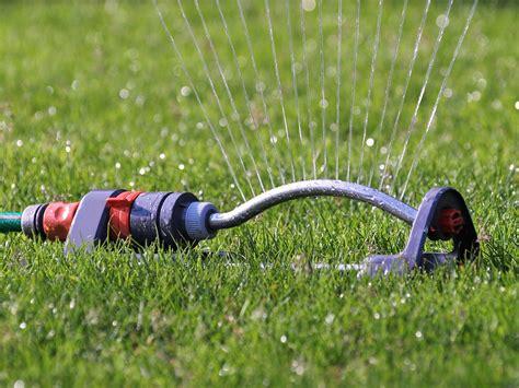 best lawn sprinklers choosing the best oscillating sprinkler for watering your lawn