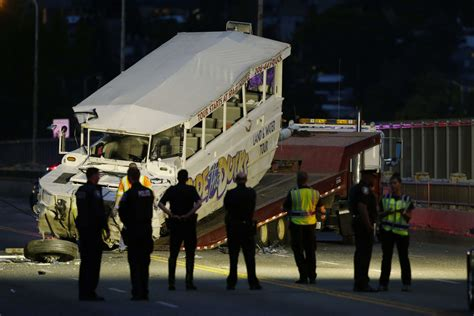 duck boat wreck 4 dead 2 critically injured in collision between ride the