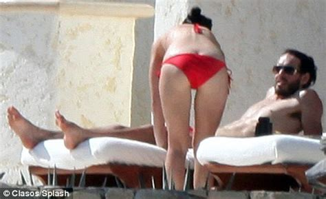 russell brand glances admiringly as katy perry's bikini