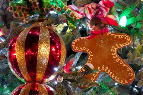 christmas wallpaper gingerbread christmas tree with gingerbread man desktop wallpaper
