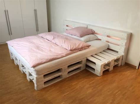 betten aus paletten repurposed wood pallet furniture projects bett sehen