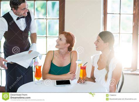 servizio cameriere cocktail servizio cameriere alle donne in