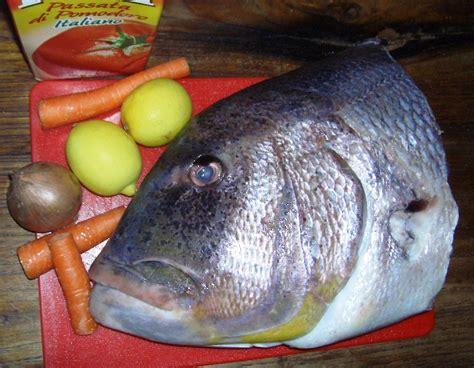 pesce testa di preparazione della zuppa di pesce con gli scarti
