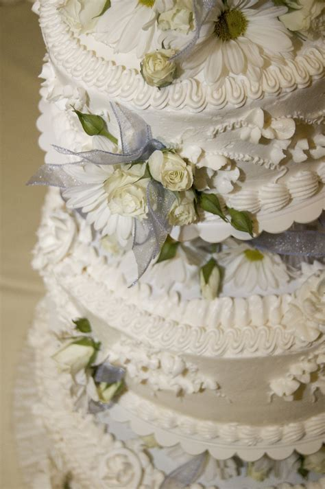 Cake Decorations Wedding by On Decorating A Wedding Cake Wedding Cake