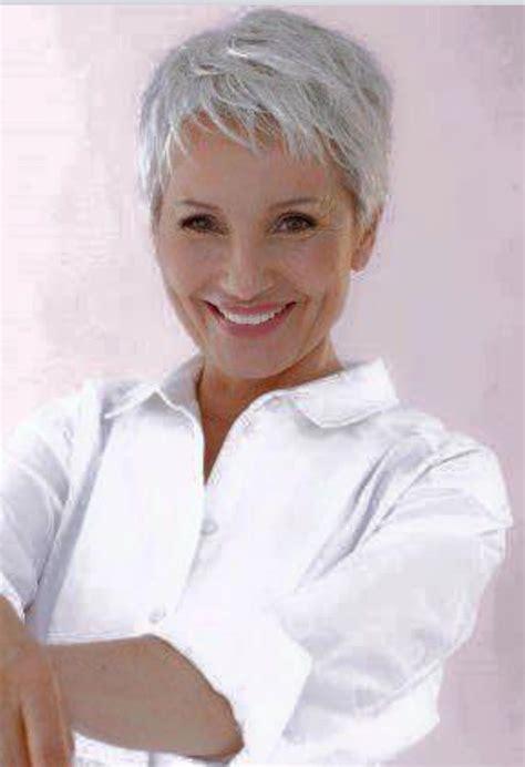 kurzhaarschnitt auf weissem haar graue haare pixie