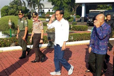 Sepatu Nike Jokowi ini alasan presiden jokowi pakai sepatu kets republika