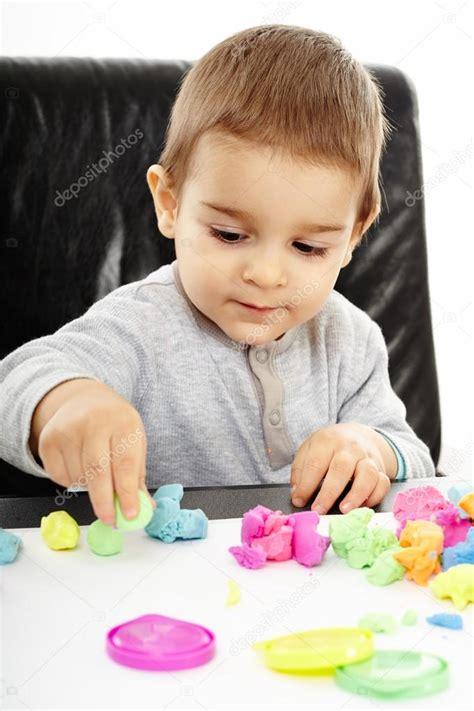 imagenes niños jugando con plastilina ni 241 o jugando con plastilina foto de stock 169 xalanx 39234361