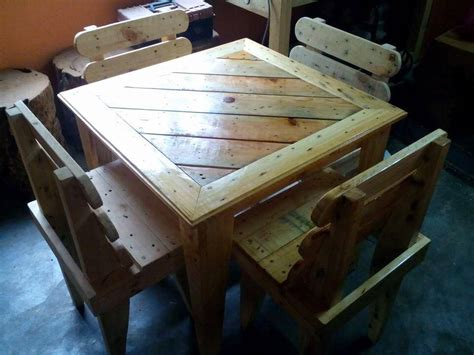 Pallet Table And Chairs by Diy Pallet Dining Table And Chairs For 99 Pallets