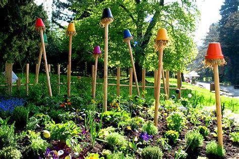 orto e giardino biologico spaventapasseri fiori forchette