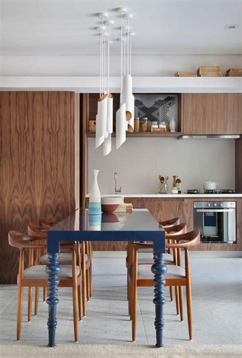 inrichting woonkamer hout speelse moderne woonkamer met marmer en kastanjehout