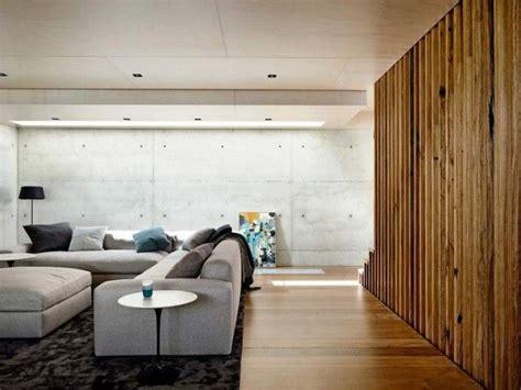 mur en beton banche  panneaux en bois pour une ambiance