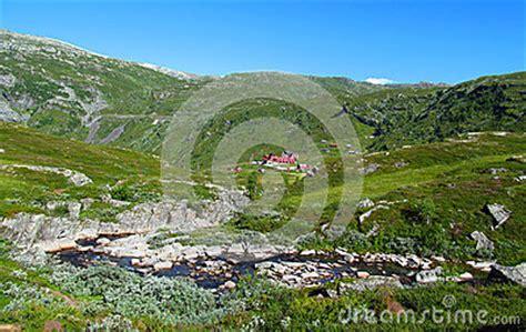Hutte Norvege by Vall 233 E Verte Et La Hutte Cant En Norv 232 Ge Photo Stock
