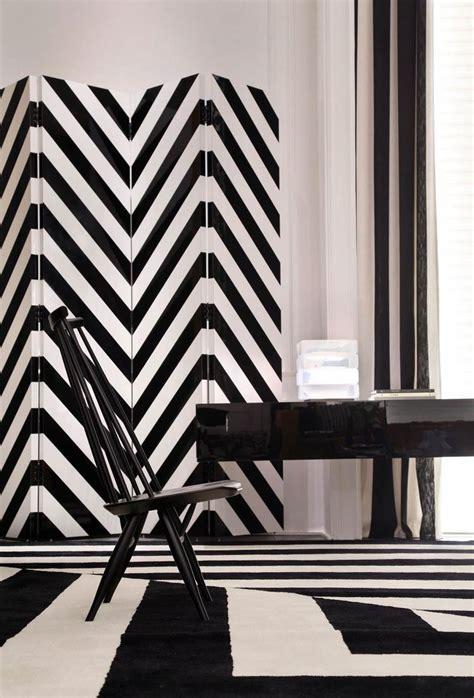 salon noir et blanc aux accents de luxe en ocre la casa cor