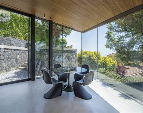 elegant modern villa  sicily merges   natural