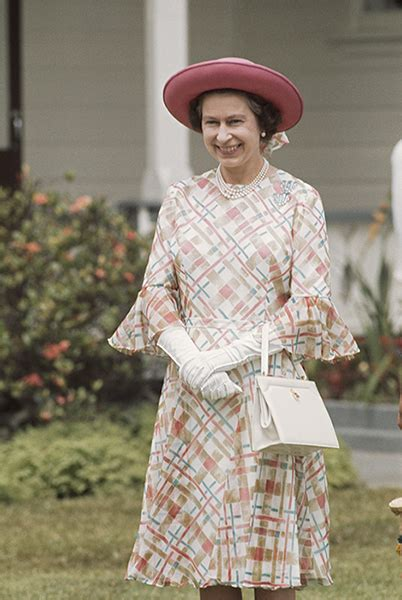 queen elizabeth purse signals what s inside the queen s handbag and why is it so