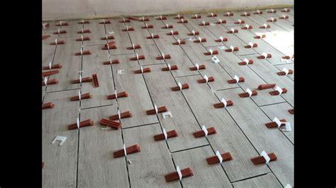 montaggio piastrelle bagno posa piastrelle con distanziatori livellanti