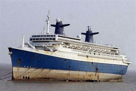 le lade di sale blue ship at our alang ship breaking yard gujarat ind