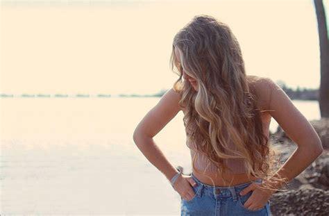 usare la piastra per capelli senza errori specchio e capelli con onde naturali senza piastra silhouette