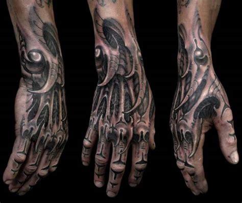 biomechaniczny tatuaż na dłoni