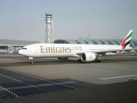 emirates cgk dxb file emirates b777 300 dxb jpg wikimedia commons