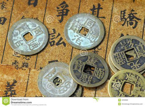 o soldi testo monete cinesi antiche su un testo indietro immagine stock