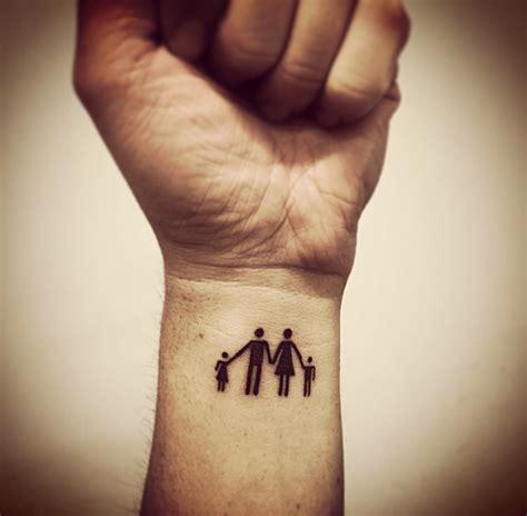 tattoo finger mom family tattoo daughter dad mom son tattoo