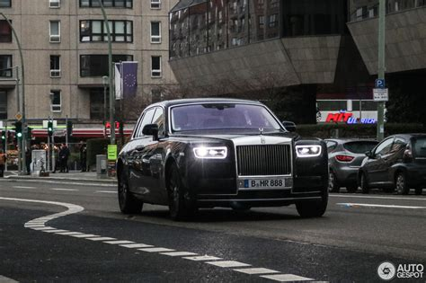 rolls royce phantom spotted  traffic  larger  life carscoops
