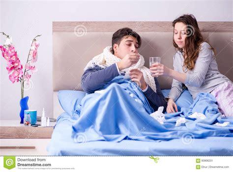 moglie a letto la moglie si occupa marito malato a casa a letto