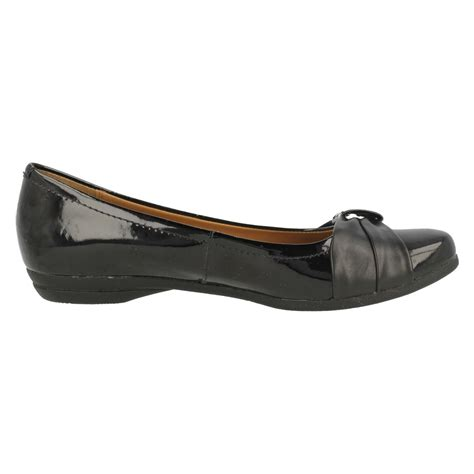 clarks flat black leather shoes discovery bay