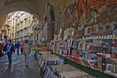 librerie alba napoli passeggiando per napoli tra una pizza e un libro a alba