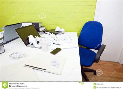papier bureau papier chiffonn 233 au dessus d ordinateur portable sur le