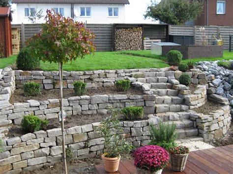 Garten Ebenen Gestalten by Gartengestaltung Mit Trockenmauern Und Einer Holzterrasse