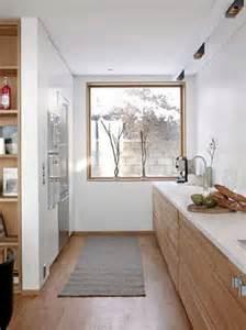 cuisine en longueur d 233 co design avec parquet et meubles bois